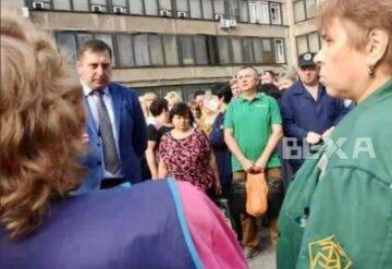 """Возмущенные харьковчане оставили рабочие места и вышли на улицу, фото: """"зарплату не выплатили и..."""""""
