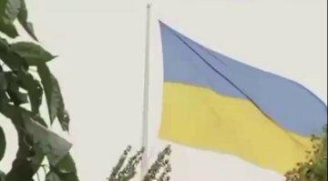У Харкові блискавка влучила у найвищий флагшток: з'явилося відео