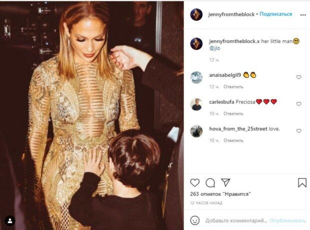 51-летняя Дженнифер Лопес в золотом платье с декольте до пупка сразила формами мечты: