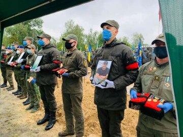 «Будут лежать рядом»: Украина попрощалась с расстрелянными на Житомирщине воинами, кадры