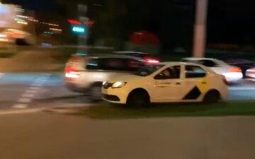 У Білорусі таксист врятував від ОМОНу протестувальника: відео сміливого вчинку