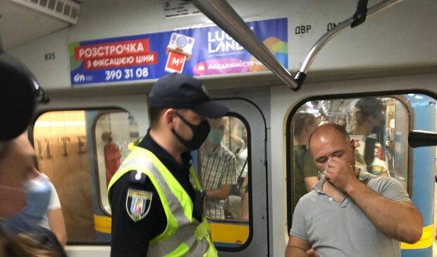 """Полиция устроила массовую облаву в метро после указа: """"пойманы"""" десятки киевлян, кадры"""