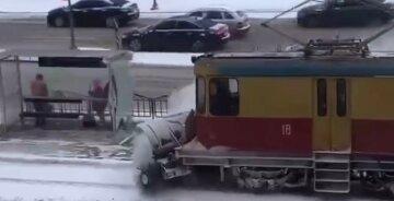 Поднял снежную волну: в Харькове трамвай разбил стекло на остановке, видео