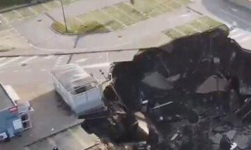 Взрыв прогремел возле больницы с больными вирусом, машины ушли под землю: кадры ЧП