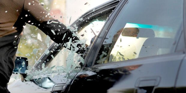 Ограбление-авто-через-окно