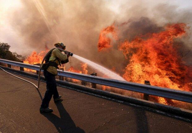 Мощный пожар пожирает все на своем пути, людей экстренно эвакуируют: «в огне тысячи гектаров», кадры ЧП