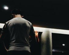 парень ночь мужчина стоит спиной
