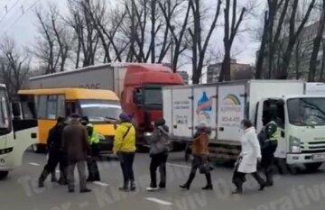 В Киеве маршрутчики массово проезжают мимо остановок, люди не могут уехать часами: что происходит