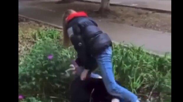 Підлітки влаштували самосуд над хворою дівчинкою під Одесою: відео злили в мережу