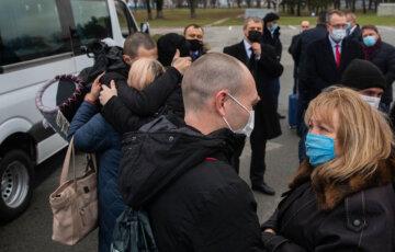Пятеро украинцев смогли обнять матерей спустя пят лет плена: кадры трогательной встречи