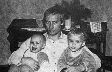 """""""Публічно заперечують родинні зв'язки"""": Путіну виповнилося 68 років, що відомо про його дітей і як вони виглядають"""