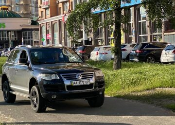 Дебошир побив велосипедиста, який заважав їхати по тротуару в Києві: кадри інциденту