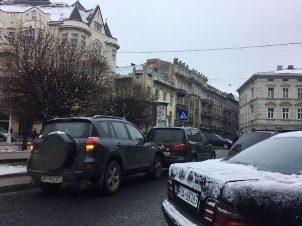 Общественный транспорт остановился во Львове: что происходит, фото