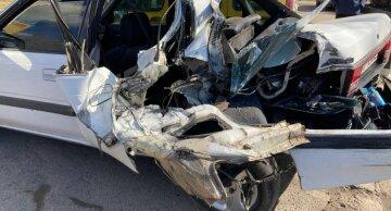 """В Одессе грузовик раздавил легковушку, как консервную банку, кадры ДТП: """"Остановилась на светофоре"""""""