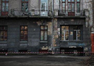 """У центрі Одеси будівля гуртожитку та університету розсипається на очах, кадри НП: """"студентам заборонили..."""""""