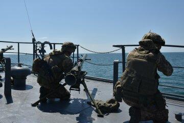 Военные корабли в Черном море привели в боевую готовность: появились подробности и фото