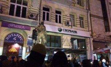 Протестующие в центре Киева разбили окна банка (фото)