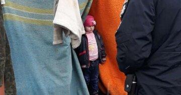 """Малышку оставили на свалке с бродягами в Одессе, видео: """"Бросил отец"""""""