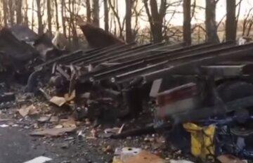 Вижив тільки один пасажир: фура і автобус не поділили дорогу на Вінничині, кадри страшної ДТП