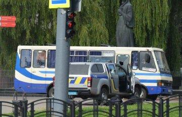 """Захват автобуса с заложниками в Луцке, появились фото и требования: """"Зеленский и Порошенко должны..."""""""
