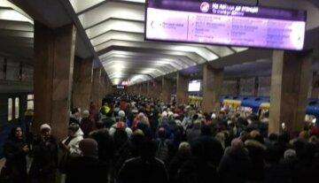 """У метро Харкова раптово зупинилися потяги, фото: """"у годину пік затримка на..."""""""