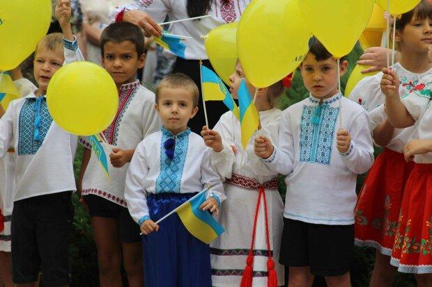 В Авдеевке День флага отпраздновали патриотическим автопробегом (фото)