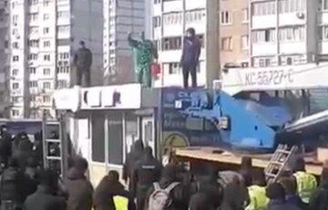 В Киеве владелец МАФа облился бензином и грозится себя поджечь: кадры и подробности с места