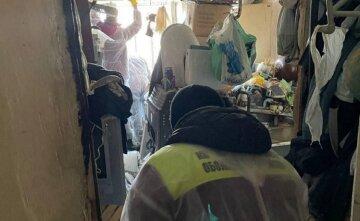 """В Киеве вычищали квартиру, под потолок заваленную мусором: """"пришлось сбрасывать с балкона"""""""