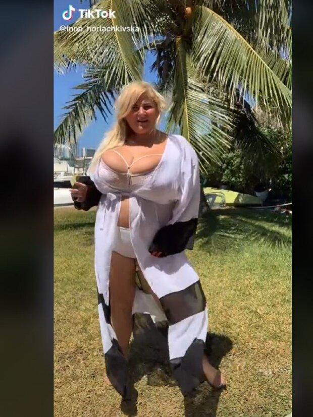 Украинка с 15-м размером в слишком маленьком лифчике устроила грязные танцы у пальмы: видео не для слабаков