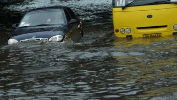 """Київ пішов під воду, автомобілі """"плавають"""": кадри лиха"""