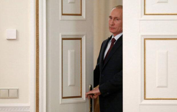 """Переляканого Путіна застали в туалеті за непристойним заняттям: """"на ходу впало"""""""