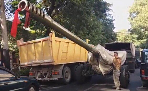 Військова вантажівка потрапила в аварію в центрі Одеси, рух зупинено: відео епічного ДТП