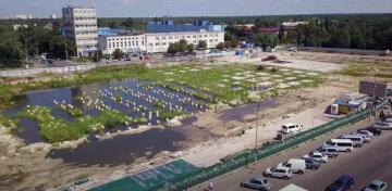 В Киеве на месте недостроя появилось озеро, заселились даже утки: видео