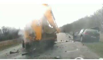 Тіло вирізали з авто: момент зіткнення легковика і трактора під Харковом потрапив на відео