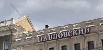 Йшов по самому краю парапету: божевільний харків'янин вирішив прогулятися по даху, кадри