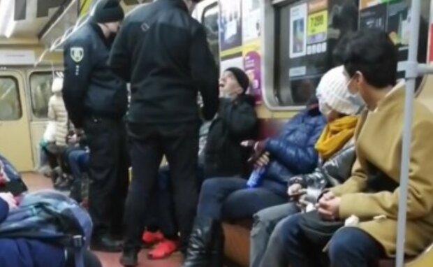 """""""Є правила"""": харків'яни ополчилися проти порушників у метро, довелося зупиняти метро"""