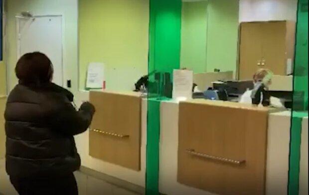 """В России опозорились нелепым видео с сотрудницей банка: """"Бросила деньги на пол и..."""""""