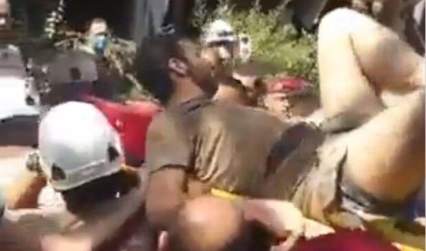 Вибух у Бейруті: з'явилися кадри чудесного порятунку жителів з-під завалів