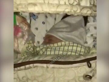 Чоловік вигнав українку з 2-місячною дитиною на вулицю, відео: ночують на манежі
