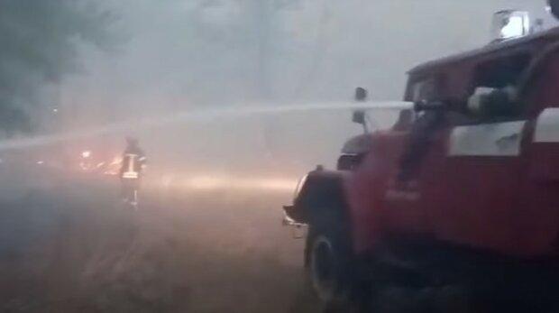 Запах гари травит харьковчан, воздух сильно загрязнен: на место ЧП срочно съехались пожарные, фото
