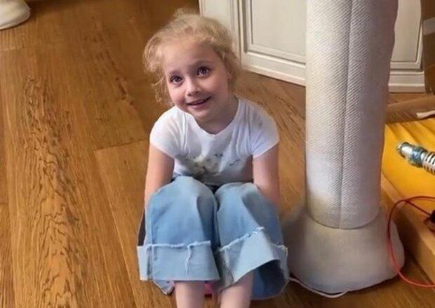 """Пустунка-дочка Пугачової і Галкіна здивувала поведінкою, домашнє відео: """"Що тільки не вигадає ця дівчина..."""""""