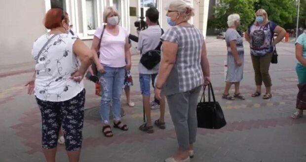 українці, на вулиці, в масках, літо, пенсіонери, пенсіонерки