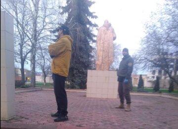 Мужчин застали за нехорошим занятием возле памятника воинам ВОВ под Одессой: появились кадры
