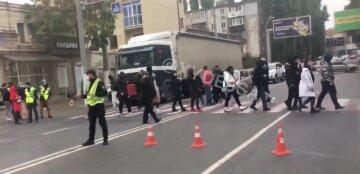 Одесситы восстали против отключения света, воды и отопления, дорога заблокирована: видео