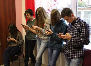 Школярі, діти, смартфон, телефон