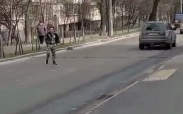 В Киеве неадекватная женщина выбежала на дорогу, бросаясь под машины: на место съехалась полиция, видео