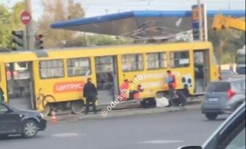 """Жизнь одесситки оборвалась на трамвайных путях, кадры трагедии: """"Вышла из-за столба"""""""