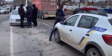 Вооруженный до зубов водитель снес со своего пути полицейских, видео ЧП: началась погоня
