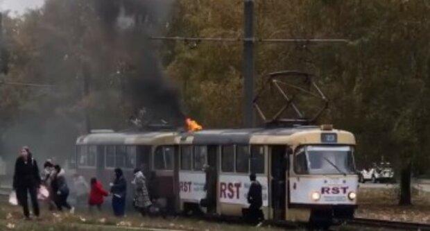 В Харькове забитый пассажирами трамвай загорелся на ходу: люди пытаются спастись, видео