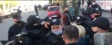 """Первый голодный бунт вспыхнул в Украине, начались потасовки с полицией: """"Не трогайте ее!"""", кадры"""